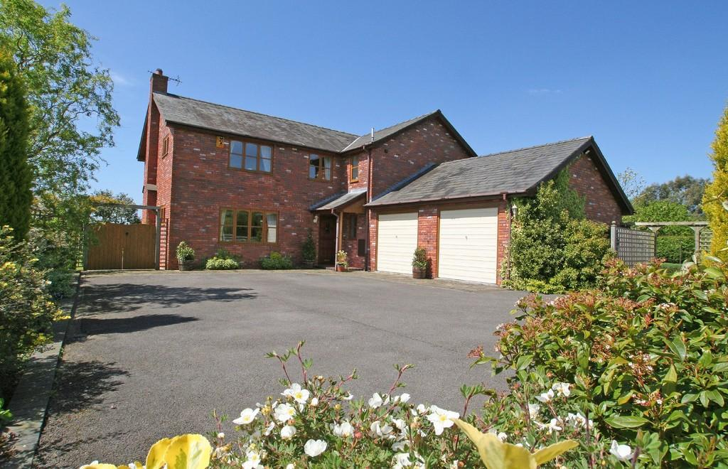 4 Bedrooms Detached House for sale in Wrexham Road, Cuddington