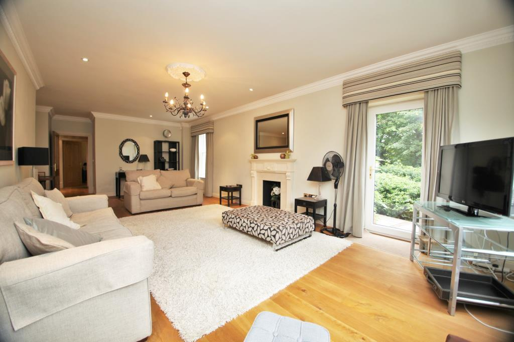 2 Bedrooms Flat for rent in Treetops, The Mount, Reading, Berkshire, RG4