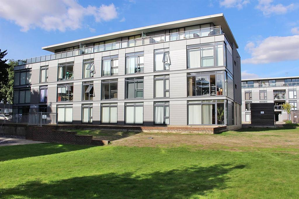 2 Bedrooms Flat for sale in Newsome Place, St Albans