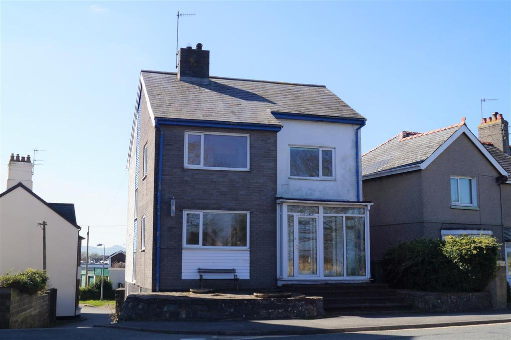 3 Bedrooms Detached House for sale in Embankment Road, Pwllheli