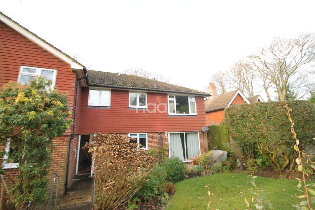 2 Bedrooms Flat for sale in School Road, Grayshott, Surrey