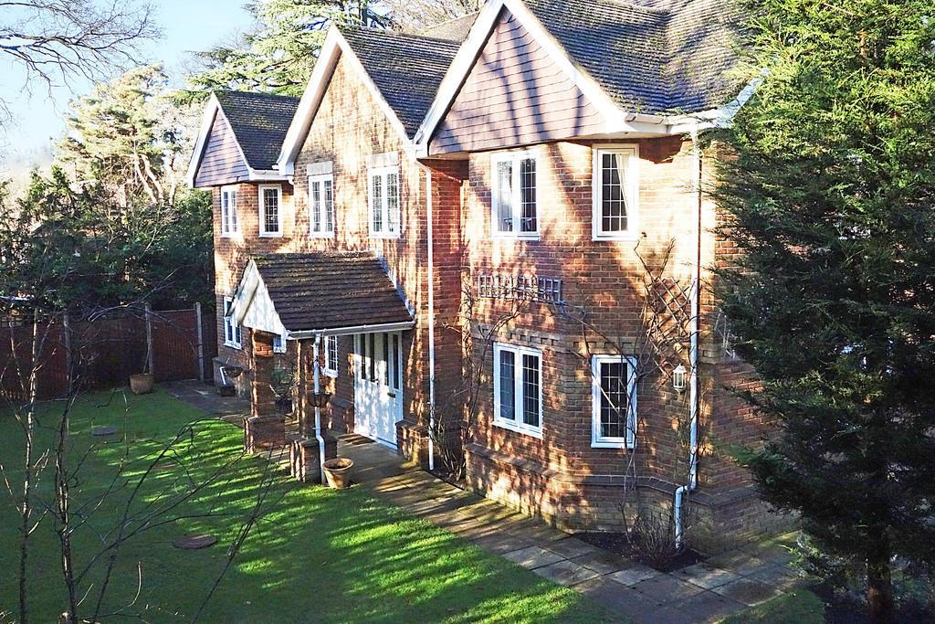 5 Bedrooms Detached House for sale in Hook Heath, Surrey