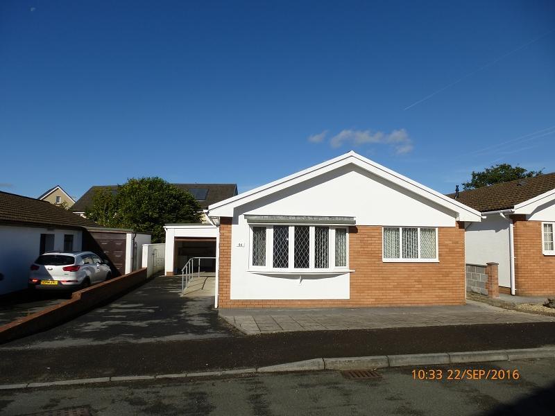 3 Bedrooms Bungalow for sale in Llwyn Y Bryn Ammanford, Carmarthenshire.