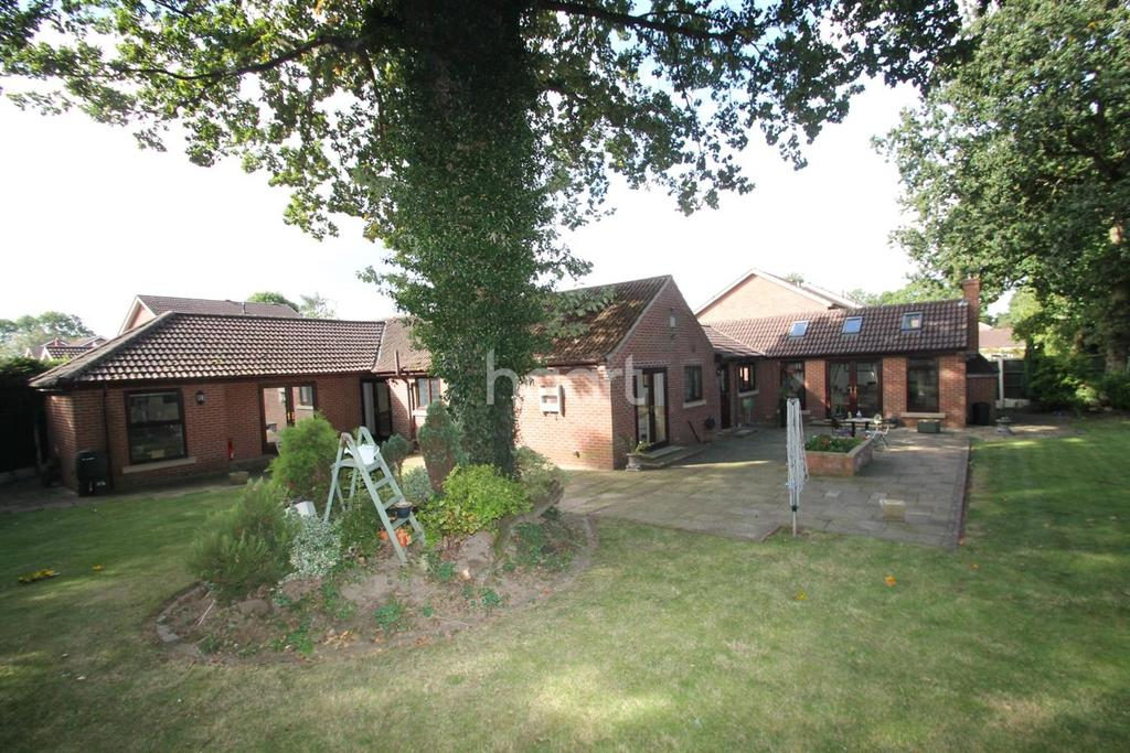 3 Bedrooms Bungalow for sale in Hollin Close, Rossington