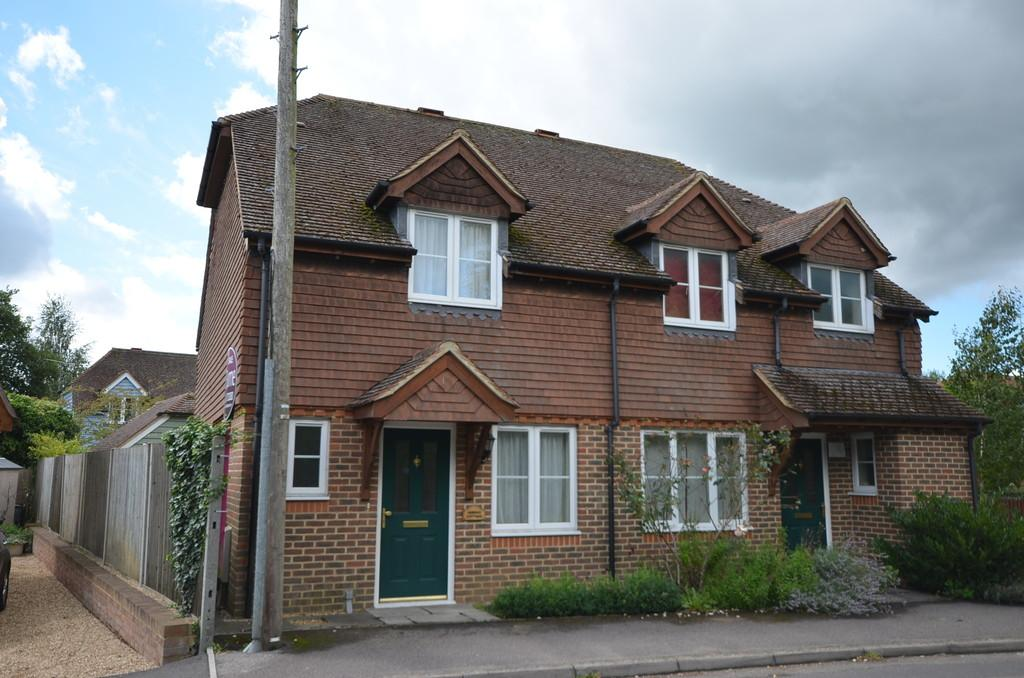 2 Bedrooms Semi Detached House for sale in Low Lane, Badshot Lea