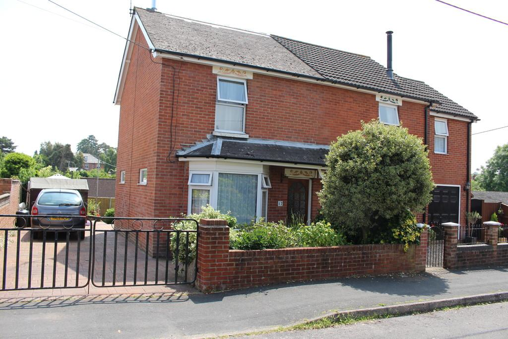4 Bedrooms Semi Detached House for sale in Edward Road, Hythe Village Centre