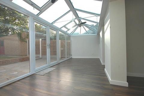 4 bedroom semi-detached bungalow to rent - Long Ridings Avenue, Hutton, Brentwood, Essex, CM13