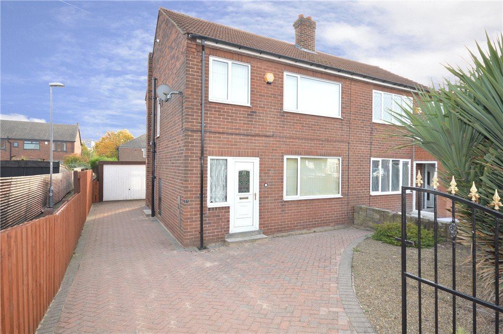 3 Bedrooms Semi Detached House for sale in Moor Flatts Avenue, Leeds
