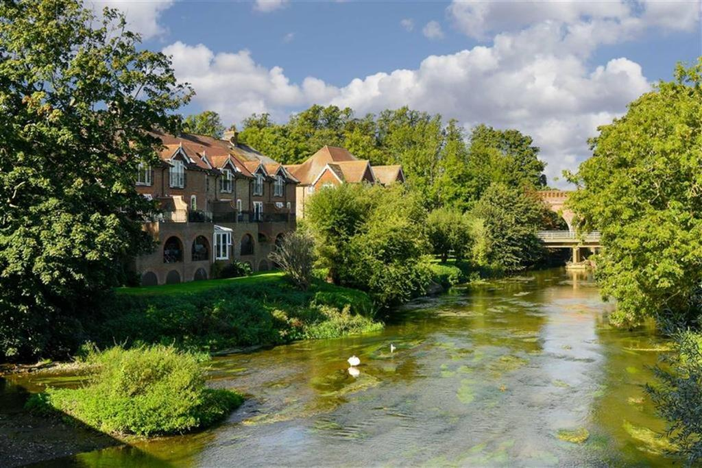 4 Bedrooms Town House for sale in Wallis Mews, Leatherhead, Surrey