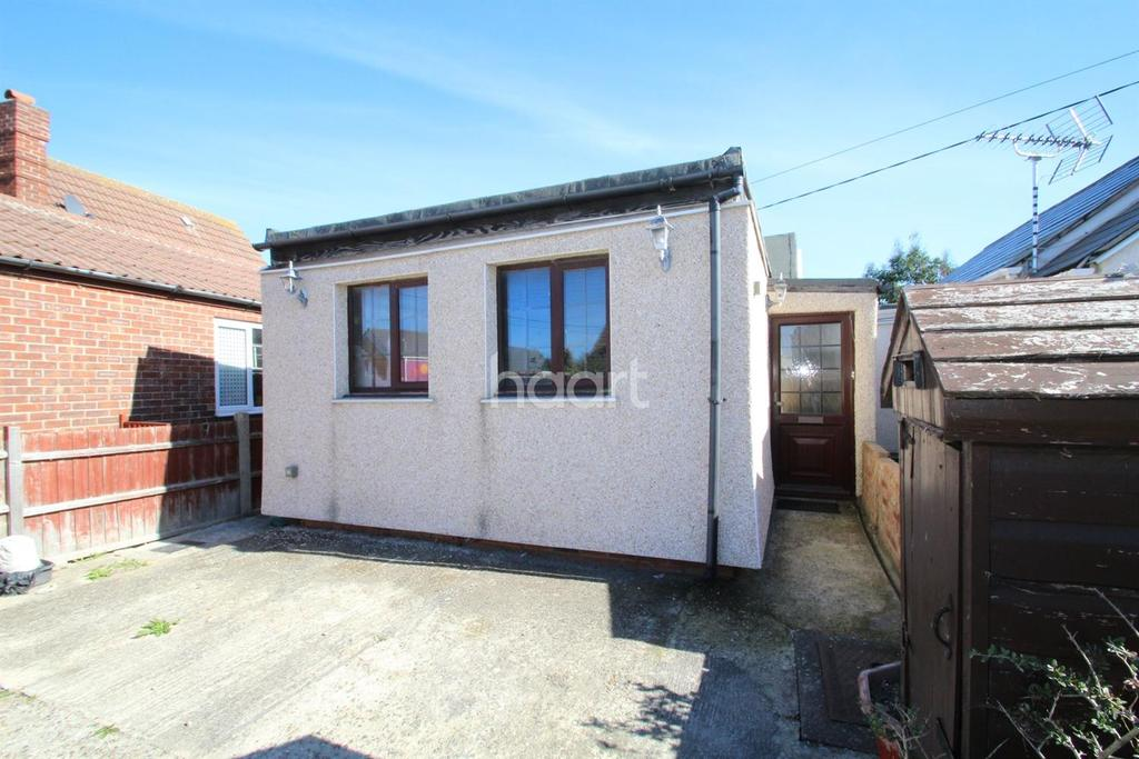 3 Bedrooms Bungalow for sale in Sea Way, Clacton-on-Sea.