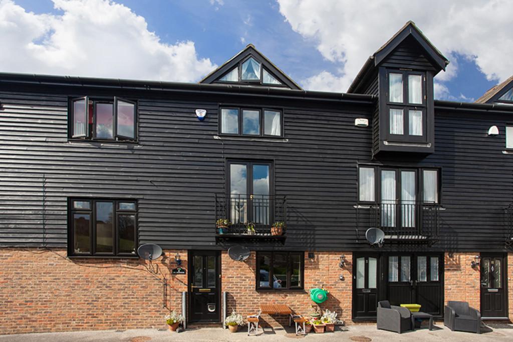 3 Bedrooms Terraced House for sale in Farleigh Bridge, East Farleigh