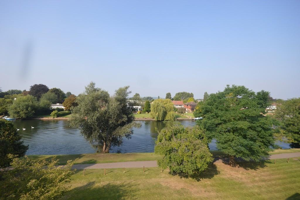 3 Bedrooms Apartment Flat for sale in Thames Side, Staines-upon-Thames