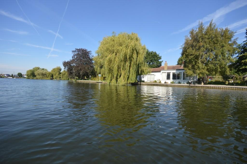 4 Bedrooms Detached Bungalow for sale in Pharaohs Island, Shepperton