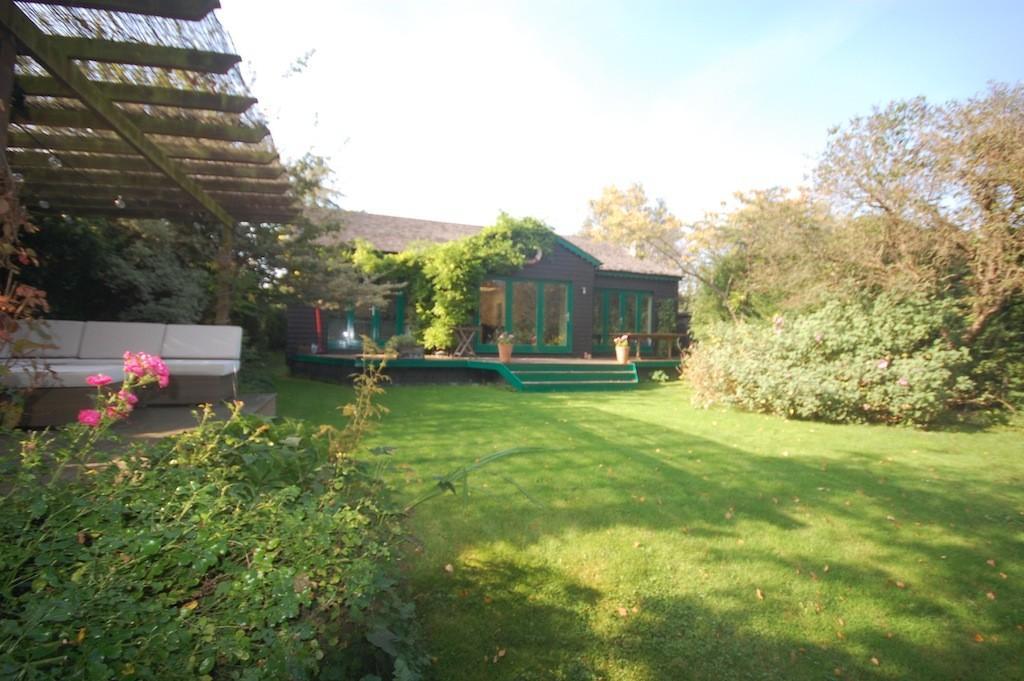 3 Bedrooms Detached Bungalow for sale in Hamhaugh Island, Shepperton