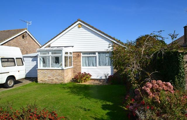 2 Bedrooms Detached Bungalow for sale in Colindale Road North, Ferring, West Sussex, BN12 5LB