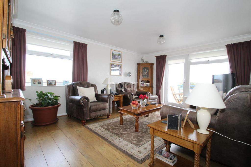 2 Bedrooms Flat for sale in Lyndhaven Court, Holland-on-Sea
