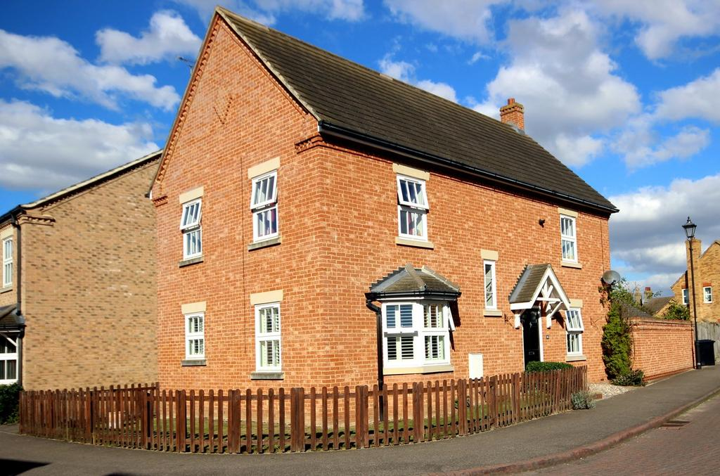 4 Bedrooms Link Detached House for sale in Weavers Orchard, ARLESEY, SG15