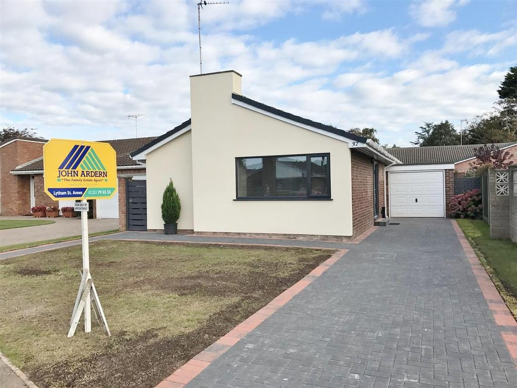 2 Bedrooms Detached Bungalow for sale in Hall Park Drive, Lytham