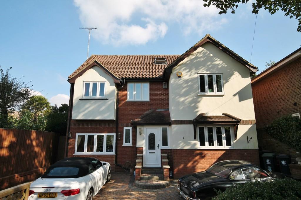 5 Bedrooms Detached House for sale in Epping Road, Roydon