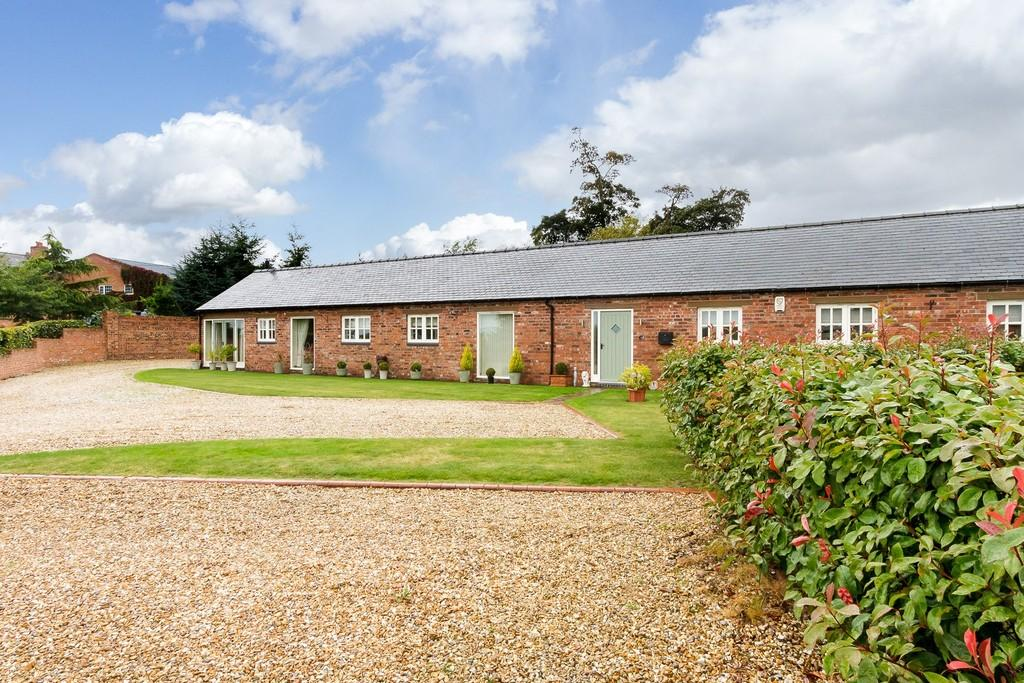 3 Bedrooms Barn Conversion Character Property for sale in 4 Borras Hall Court, Borras, LL13 9SG
