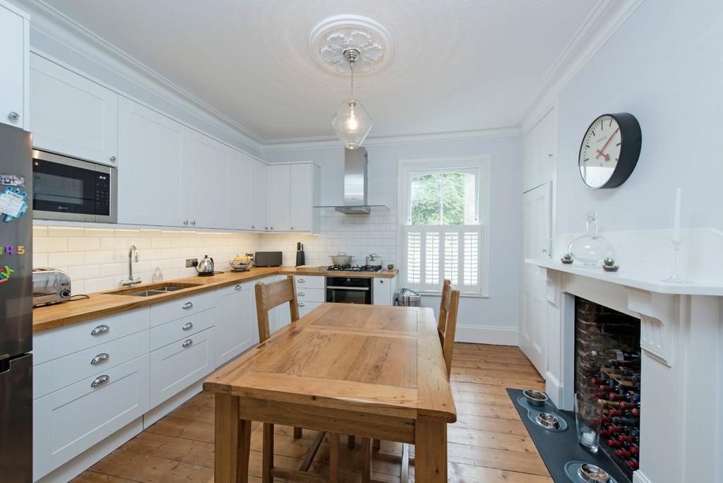 4 Bedrooms Maisonette Flat for sale in Mallinson Road, London