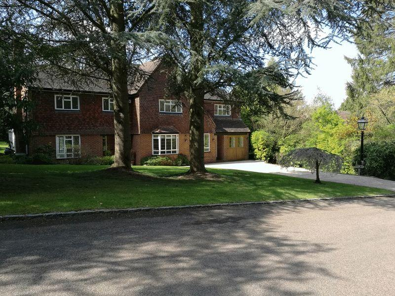 5 Bedrooms Detached House for sale in GIVONS GROVE, LEATHERHEAD