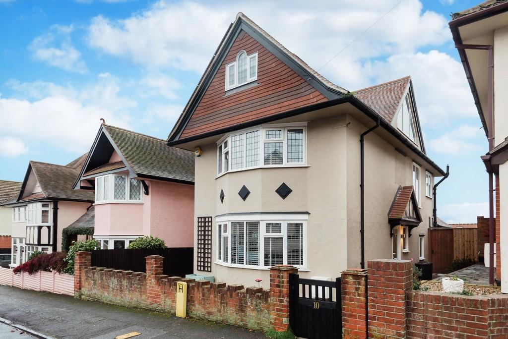 4 Bedrooms Detached House for sale in Seafield Road, Dovercourt, Essex, CO12 4EH