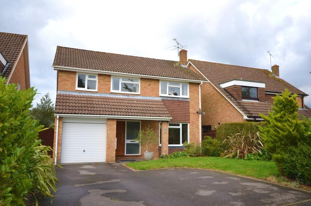 4 Bedrooms Detached House for sale in Badgers Holt, Yateley