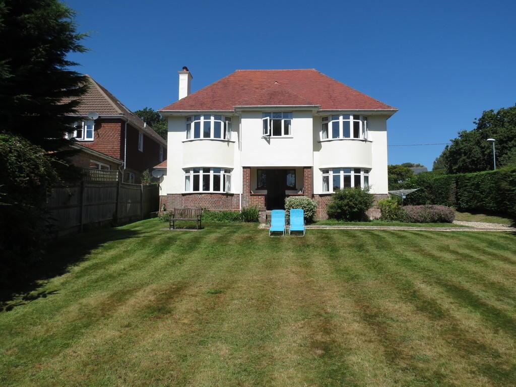 4 Bedrooms Detached House for sale in Chewton Common Road, Highcliffe
