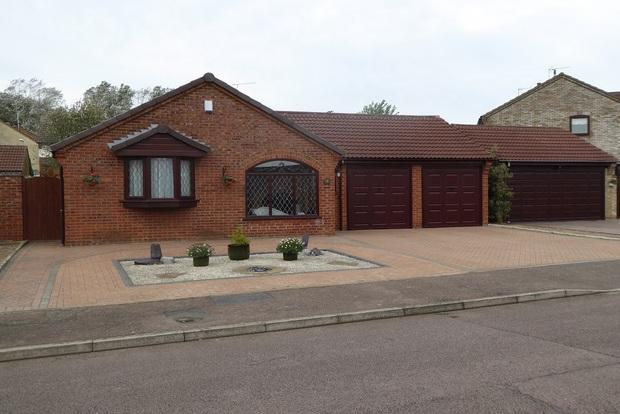 3 Bedrooms Bungalow for sale in Woodpecker Way, East Hunsbury, Northampton, NN4