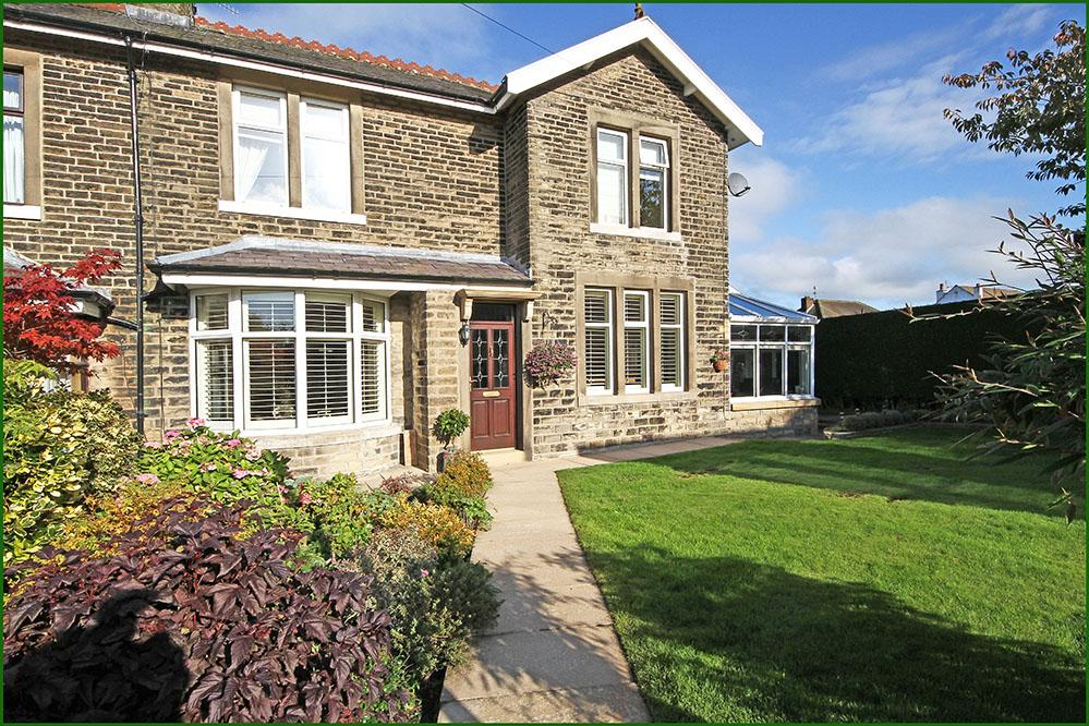 3 Bedrooms Semi Detached House for sale in Rainhall Crescent, Barnoldswick BB18
