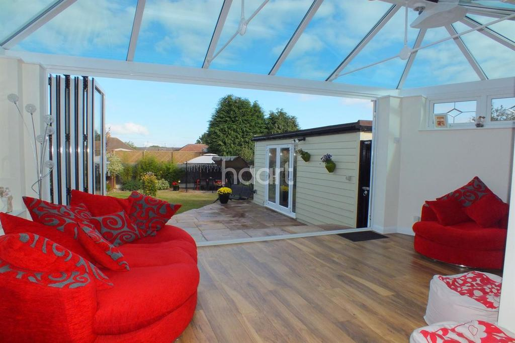 3 Bedrooms Detached House for sale in Woodcutters Avenue, Leigh on sea