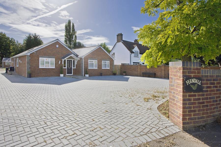 4 Bedrooms Bungalow for sale in Virginia Water, Surrey