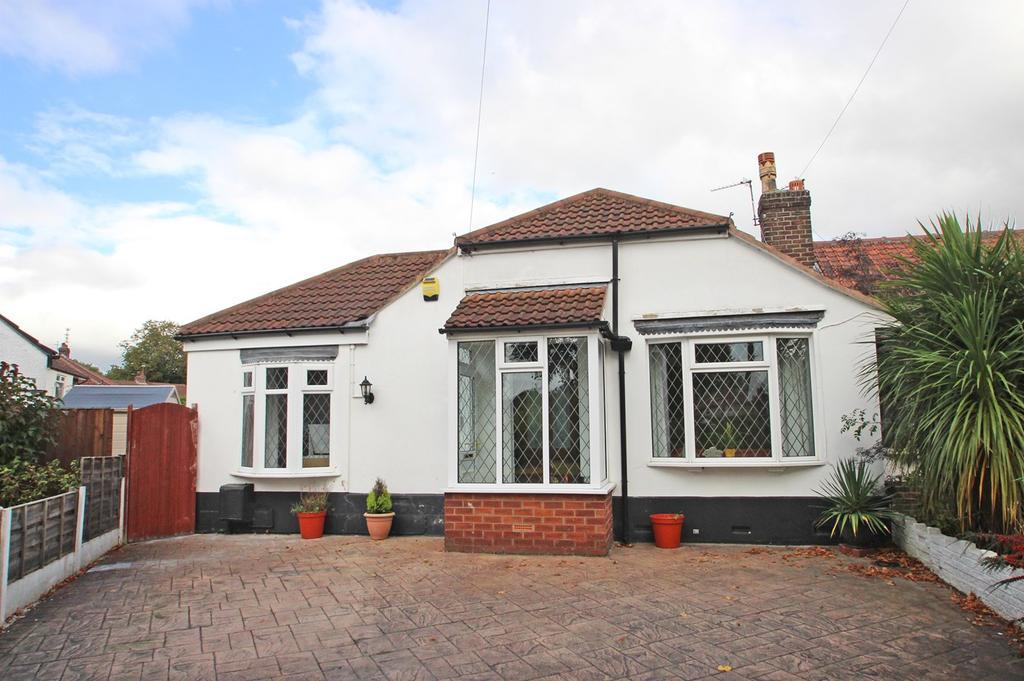 2 Bedrooms Semi Detached Bungalow for sale in Snowden Avenue, Flixton, Manchester, M41
