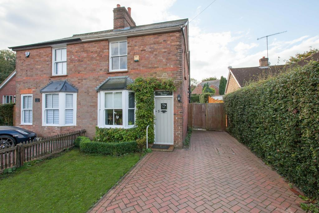 2 Bedrooms Semi Detached House for sale in Penn,