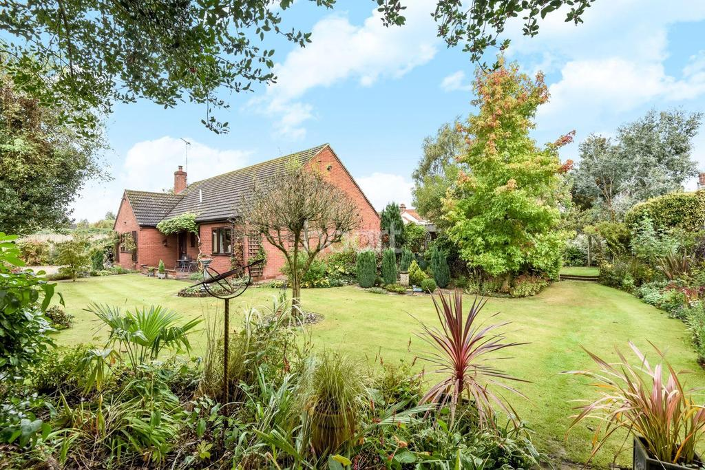 3 Bedrooms Bungalow for sale in Norwich Road, NR20