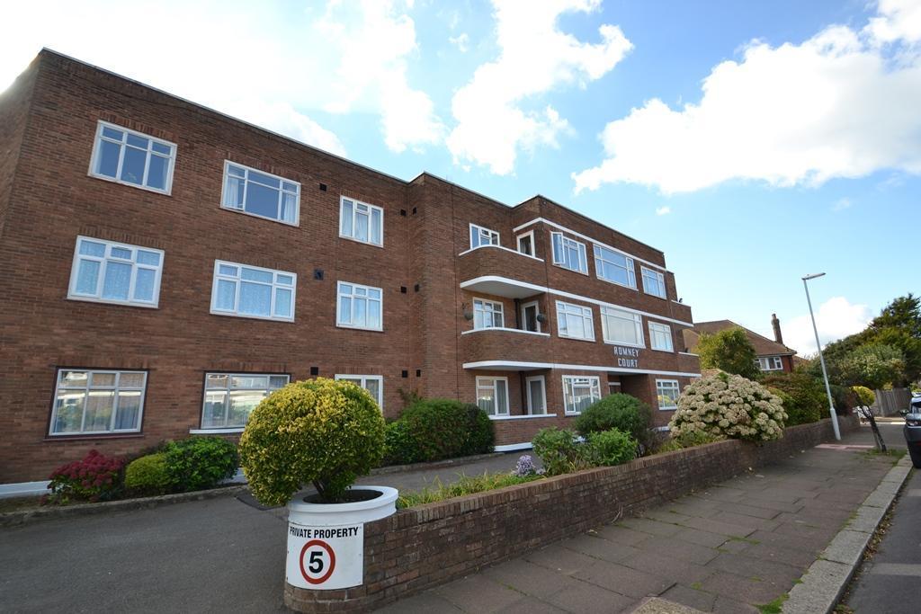 3 Bedrooms Flat for sale in Romney Court, Winchelsea Gardens, Worthing, BN11 5EU