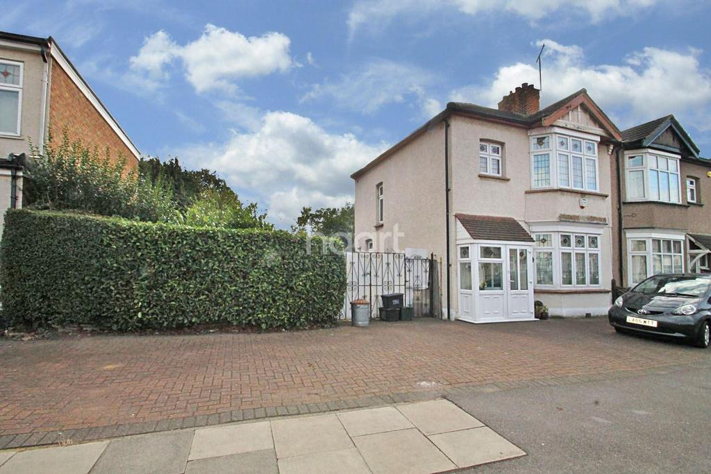 3 Bedrooms Semi Detached House for sale in Wards Road, Newbury Park, Ilford, Essex