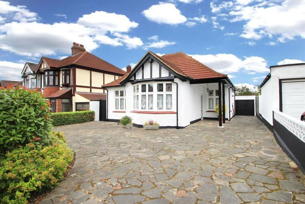 2 Bedrooms Bungalow for sale in The Avenue, Marshalls Park