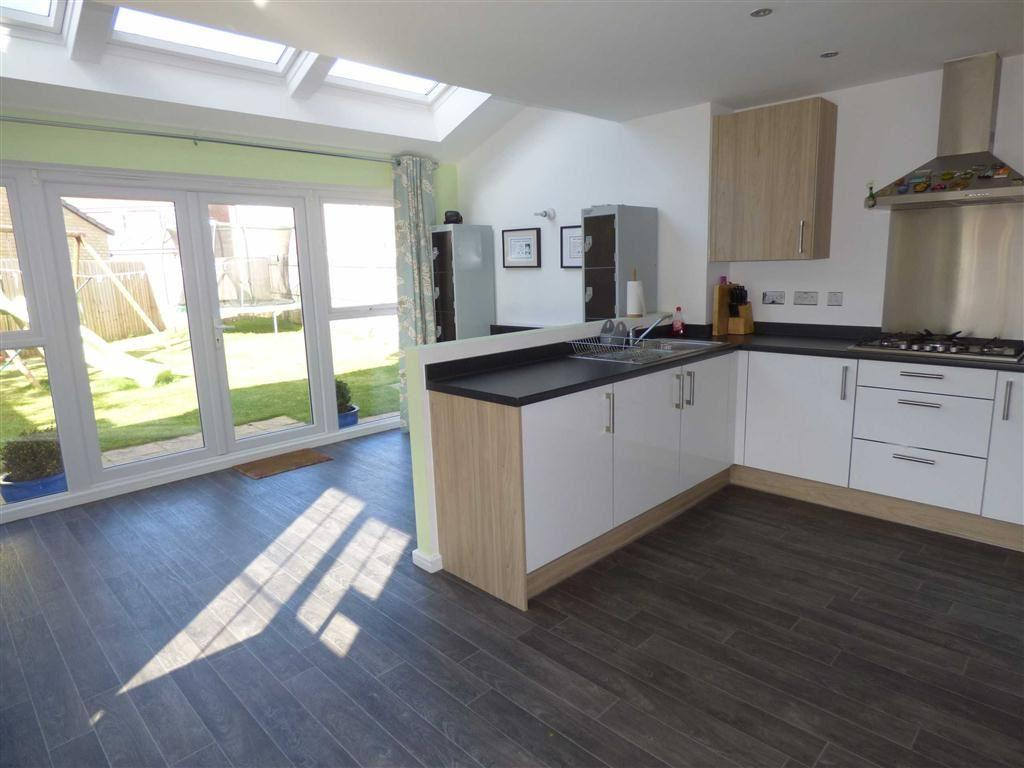 3 Bedrooms Detached House for sale in Shuttle Drive, HEYWOOD, Lancashire, OL10