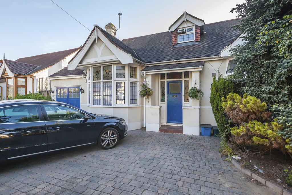 4 Bedrooms Semi Detached Bungalow for sale in Westrow gardens, ilford ig3