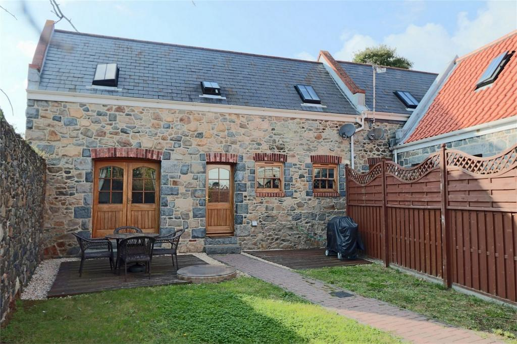 2 Bedrooms Semi Detached House for sale in The Barn, 23 Summerfield Court, Les Juqueurs, Vale