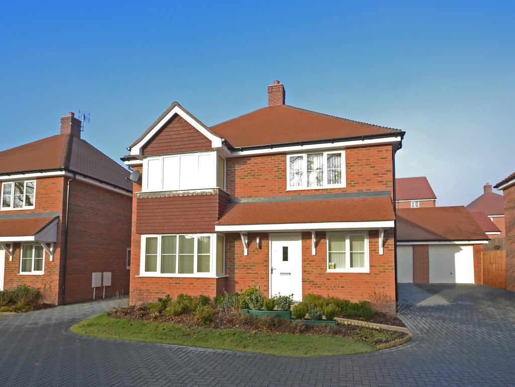 4 Bedrooms Detached House for sale in Nye Close, Horsham, RH12