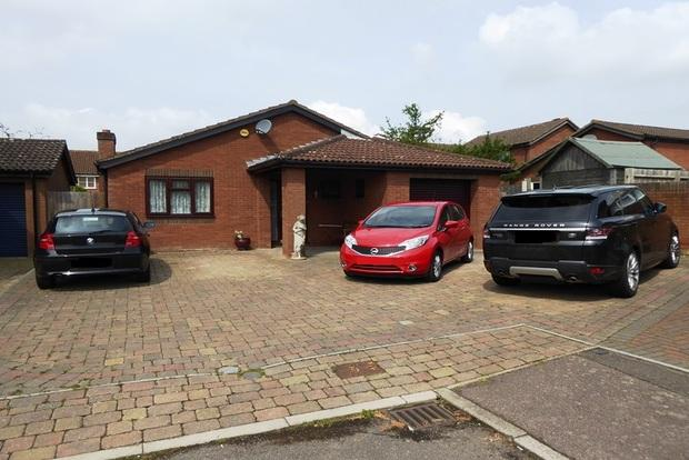 3 Bedrooms Bungalow for sale in Woodhall Close, West Hunsbury, Northampton, NN4