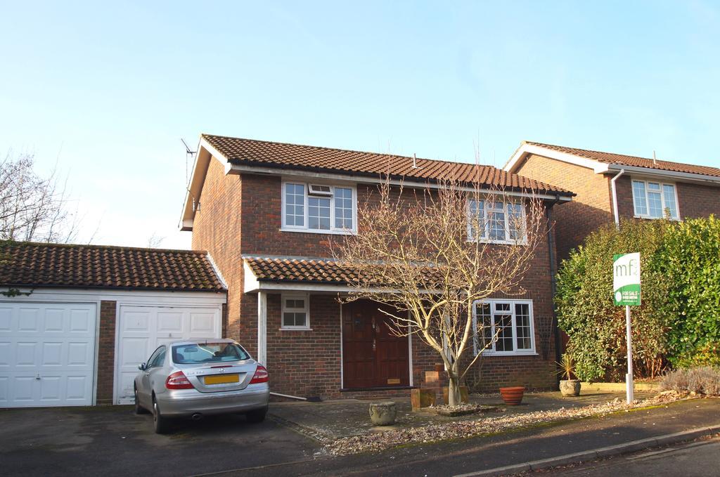 4 Bedrooms Detached House for sale in Darnley Park, Weybridge KT13