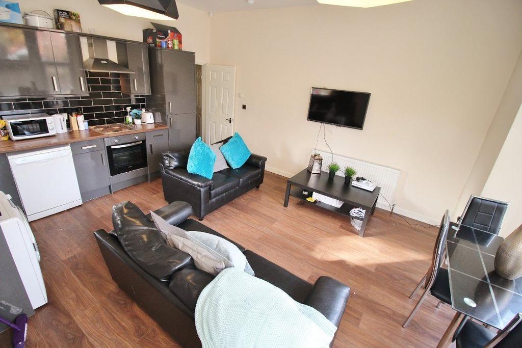 3 Bedrooms Flat for rent in Cardigan Road - Flat 1, LS6 3BJ