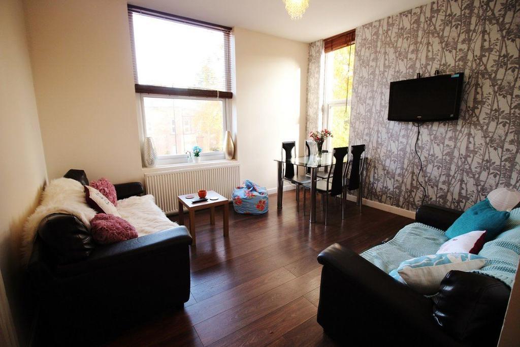 3 Bedrooms Flat for rent in Cardigan Road - Flat 2, LS6 3BJ