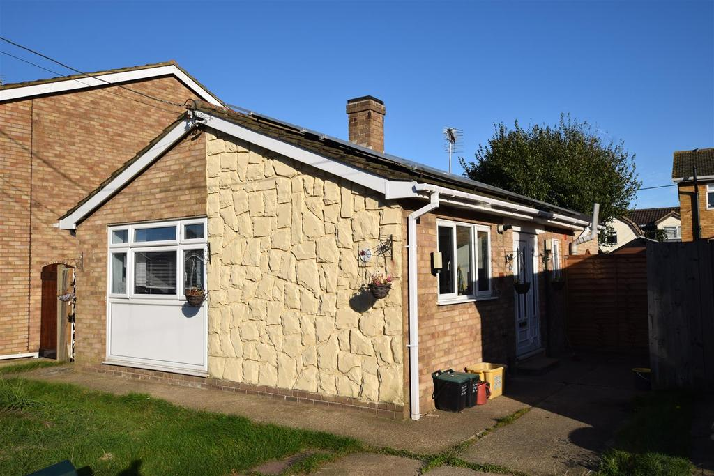 2 Bedrooms Detached Bungalow for sale in Hallet Road, Canvey Island