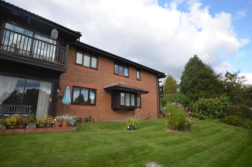 2 Bedrooms Apartment Flat for sale in Bricksbury Hill, Farnham