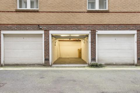 House to rent - Rose & Crown Yard, London
